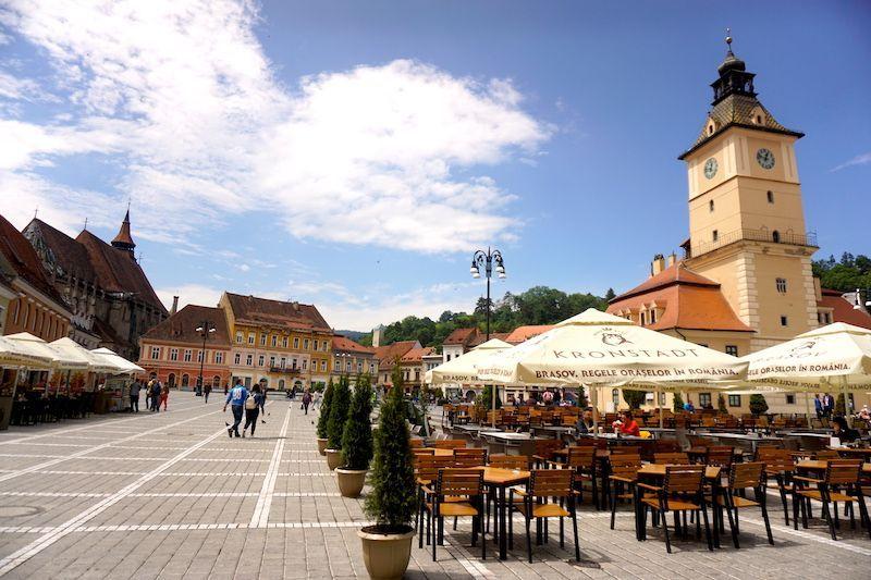 La colorida plaza Sfatului de Brasov