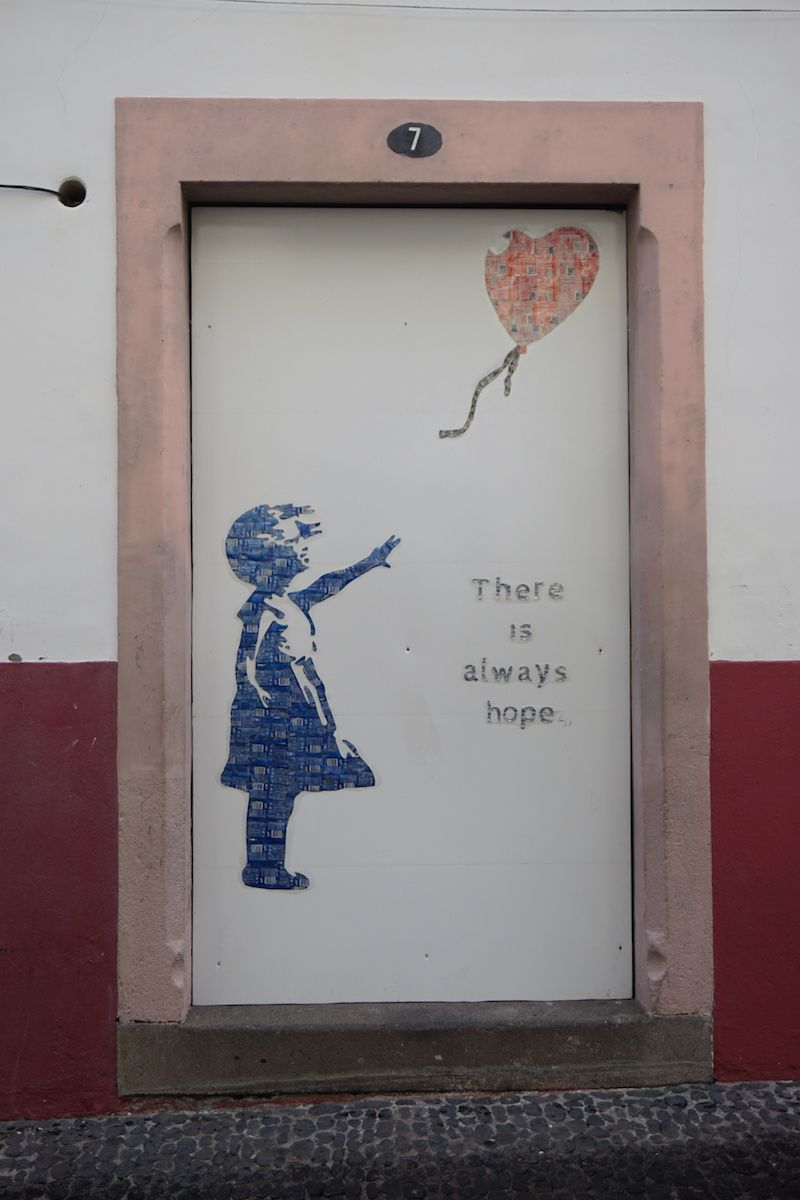 Street Art hecho con latas recicladas, en una calle de Câmara de Lobos