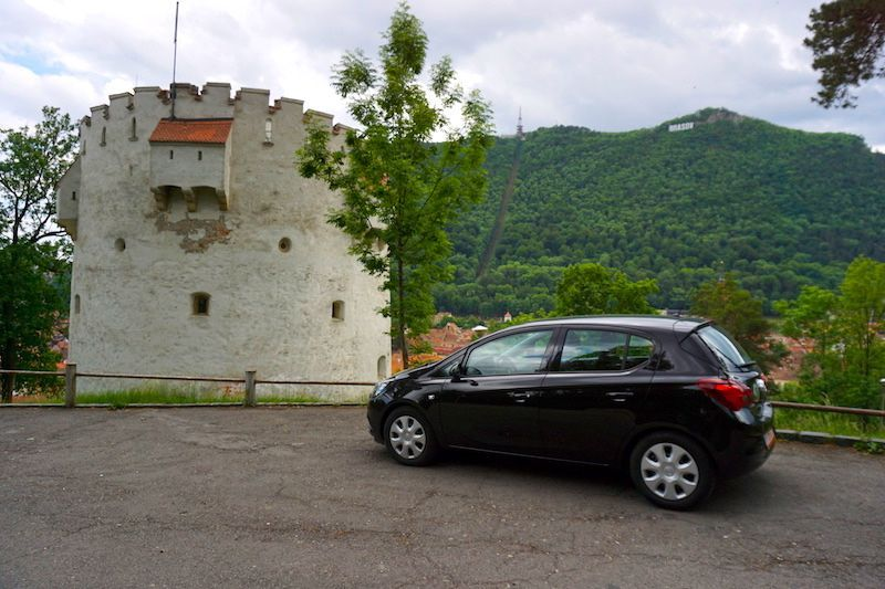 El Opel Corsa que alquilamos con Sixt en el mirador de la Torre Blanca (Brasov)