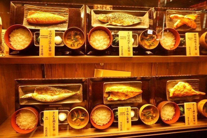 Escaparate hiper realista de comida en un restaurante en el barrio de Daimon, Tokio.