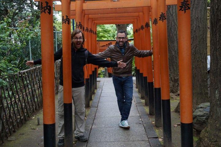 Chris y George, en las puertas torii del Templo Gojo-Tenjin, Parque Ueno.