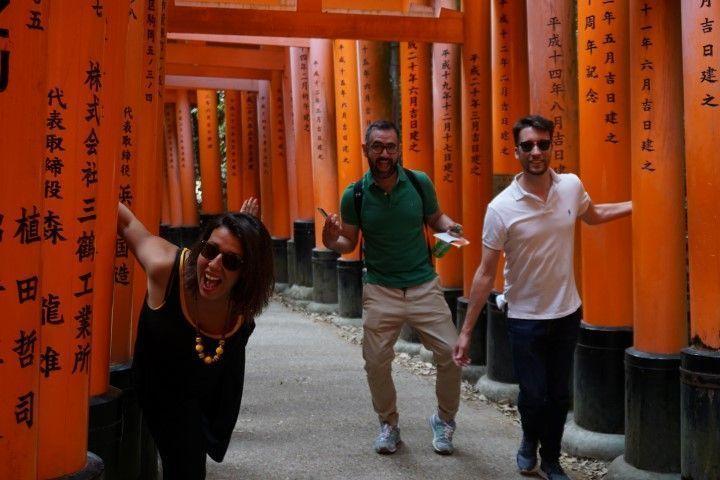 Inês, George y Romain, celebrando un rápido momento sin nadie más en Fushimi Inarri jajaja