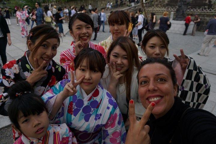 Selfie de Inês con chicas Ki-monas (¡Qué monas! con el Kimono)
