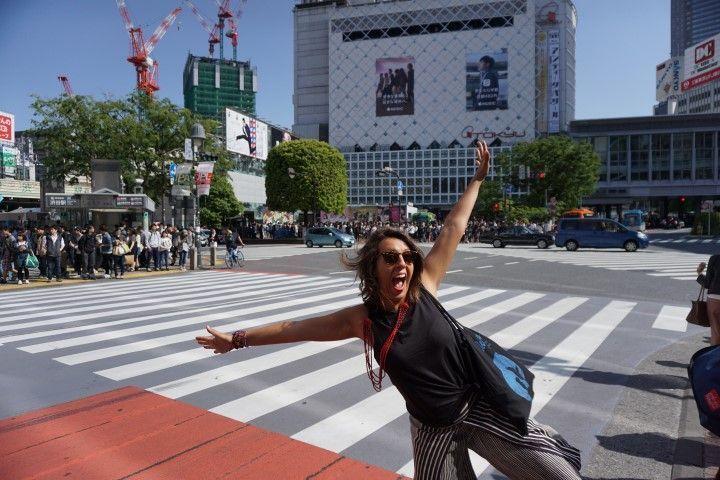 Inês en el cruce de Shibuya