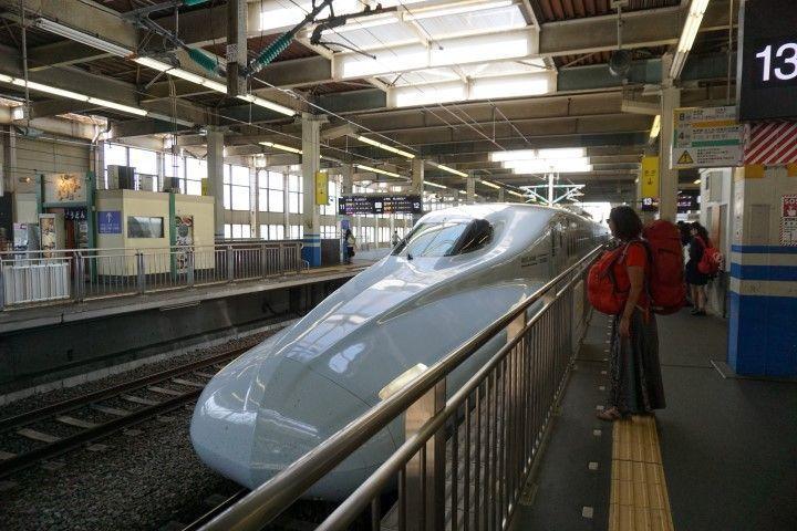 Inês esperando al famoso tren bala, el Shinkansen.