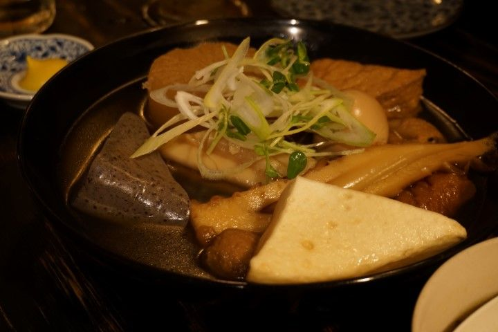 El Oden consiste en varias verduras, plantas, brotes y algas cocidas (aunque a veces lleve también el chikuwa , un surimi de pescado y huevo). Los principales ingredientes son el daikon y el konnyaku cocidos en caldo de konbu y dashi (o incluso en la rica sopa miso) y muchas veces con un toque de mostaza.