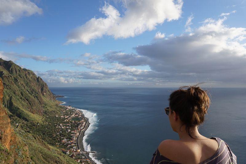 Inês disfrutando de las vistas en un mirador en Paúl do Mar