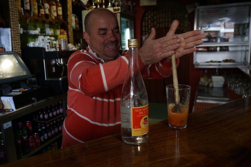 """El dueño del bar Agrela haciéndonos una rica poncha con zumo de pitanga de su huerto y aguardiente de caña. ¡Vaya técnica con el palo de la poncha, el llamado """"caralhinho"""""""