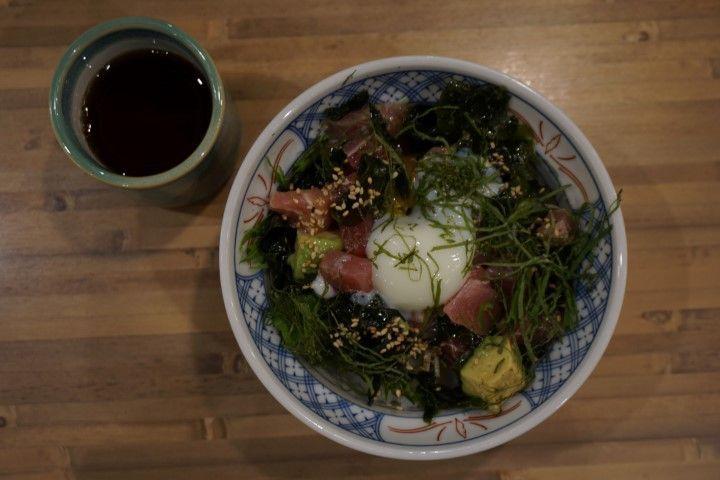 Pues sí, este bol delicioso tiene la base de arroz cocido (el mismo del sushi más habitual ) y las algas en vez de estar en hoja cubriéndolo como en los maki, se encuentran por encima... En este en especial, le daban el toque cubos de salmón, atún y aguacate con una salsa y semillas riquísimas.