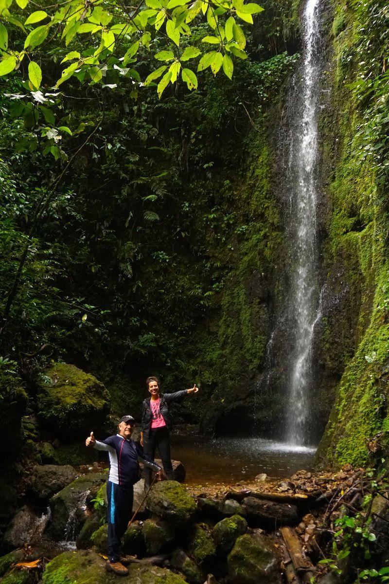 Ines y Alvaro en una cascada en el Barbas Bremen