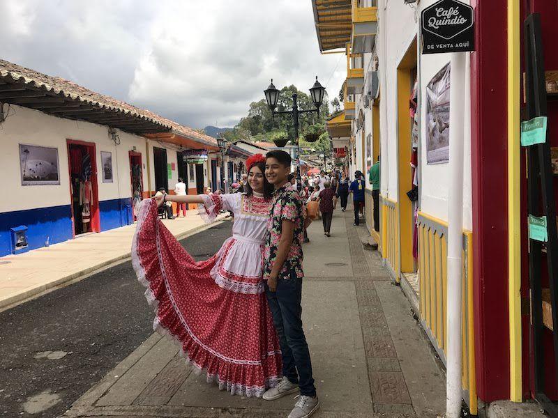Una chica vestida de Chapolera paseando por las calles de Salento