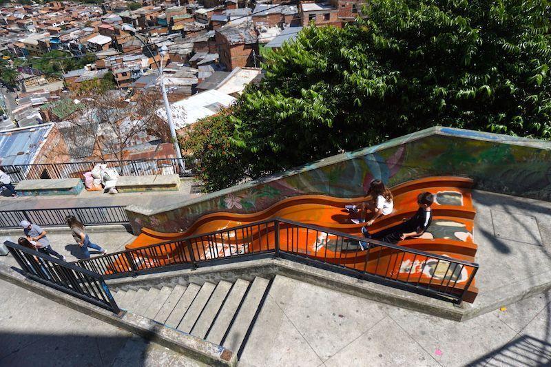 Los toboganes del Parque Infantil Sergio Céspedes en la Comuna 13, Medellín