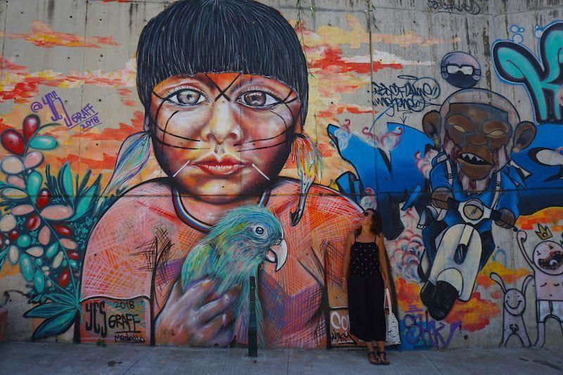 Inês con una de las obras que más nos han gustado n el tour de la Comuna 13