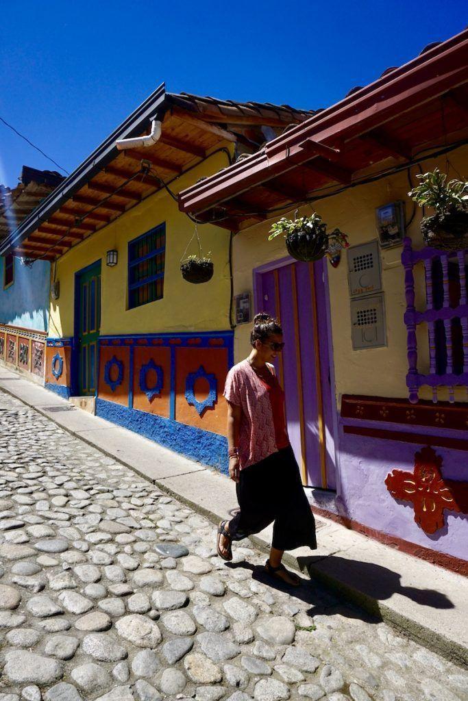 Inês en una de las calles de la colorida Guatapé