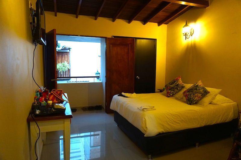 Nuestra habitación en el Hotel La Fleur. Al dar al patio tiene luz pero no ruido.