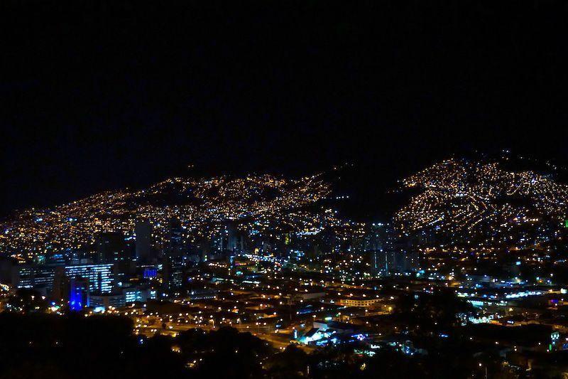 Vista de Medellín de noche en Pueblito Paisa