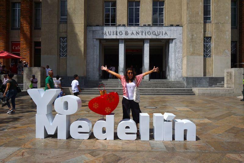 Inês ama Medellín (las famosas letritas frente al Museo de Antioquia, en la Plaza Botero)