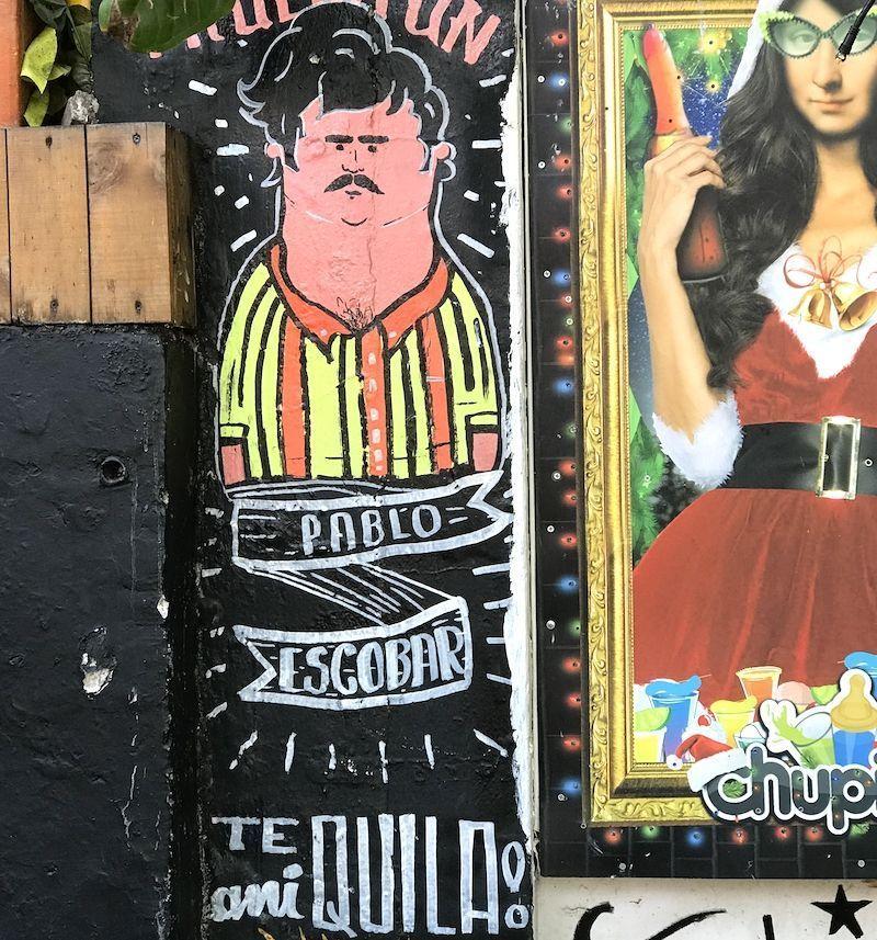 Pintada de Pablo Escobar con juego de palabras en la pared de un bar d'El Poblado