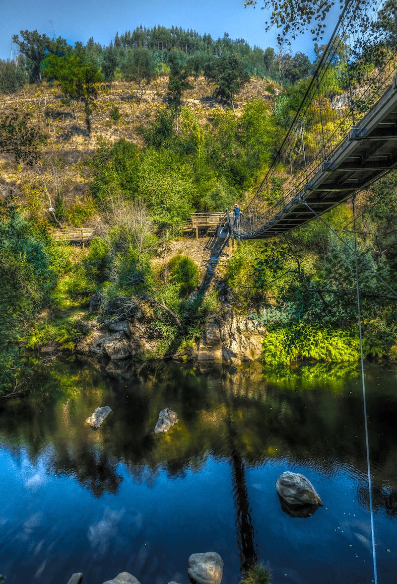 A ponte suspensa. Foto de Jorge na Wikimedia.