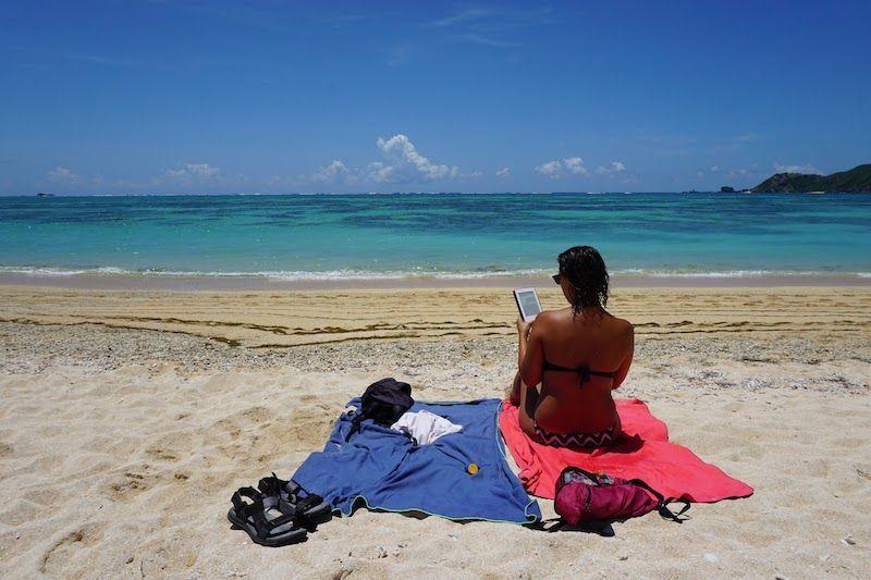 Inês con su Kindle en Lombok, Indonesia