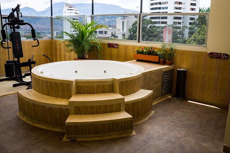 El Jacuzzi en la azotea del Florencia Plaza, donde podrás relajarte tras un día de turisteo por Medellín