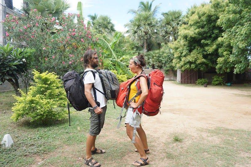 Nuestro estilo viajero es así: mochila pequeña delante con la electrónica y documentos; mochila grande detrás con ropa, neceser y zapatillas
