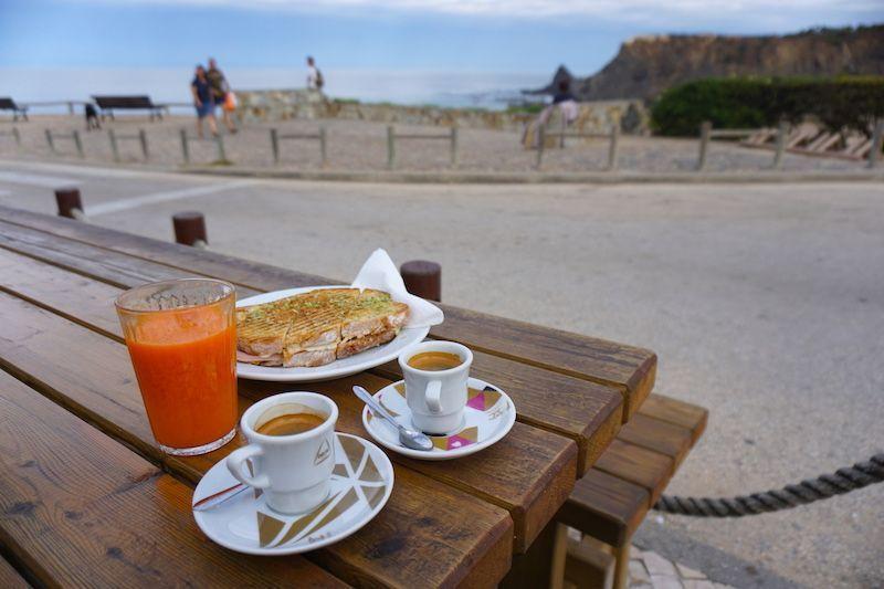 Desayuno con vistas en Kiosk Agapito: tosta mista, zumo y café, un clásico portugués