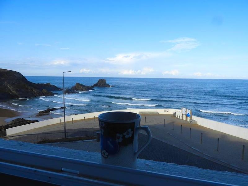 Ventana del apartamento Sto Estevão a la bella playa de Zambujeira do Mar