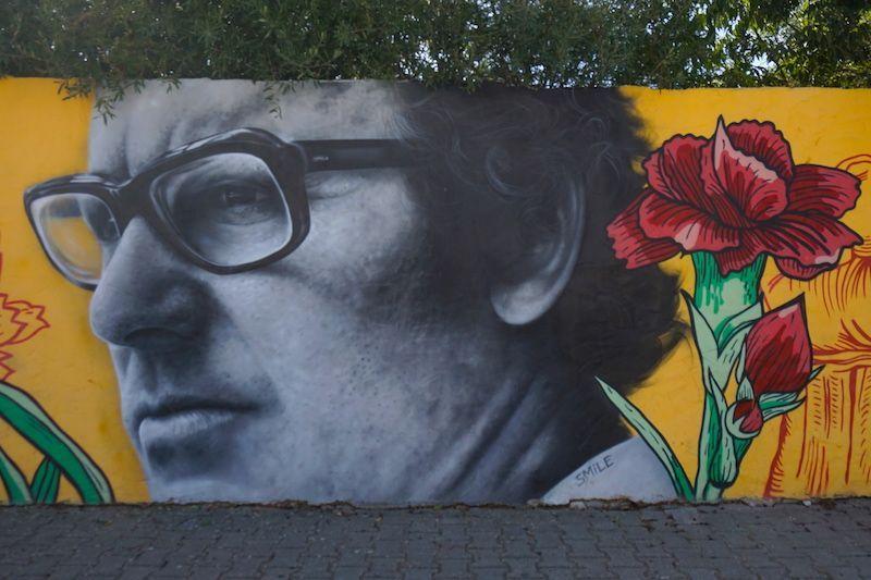 """Mural de homenaje a la canción """"Grândola Vila Morena"""" y al cantautor Zeca Afonso"""