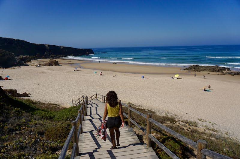 Esta semana la ducha mañanera era de agua salada. aqui, recién despertados llegando al primer chapuzón del día, en playa de Malhão