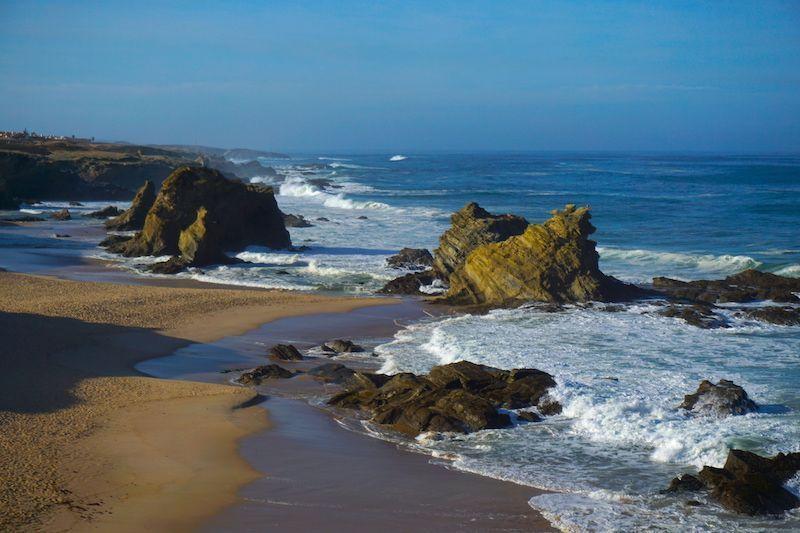 Las bellas formaciones rocosas que le dan la personalidad a la playa de Samouqueira