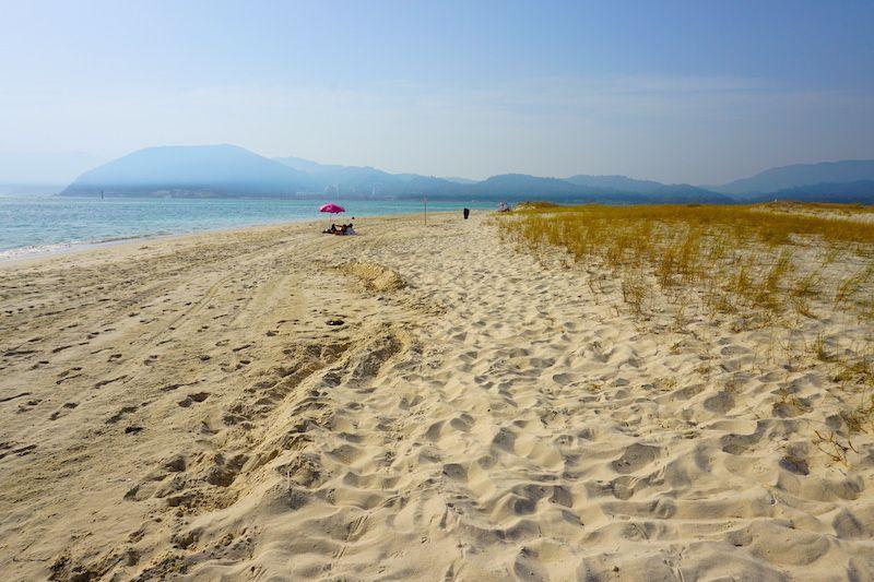 La playa de Troia y la silueta de la sierra de Arrábida al fondo